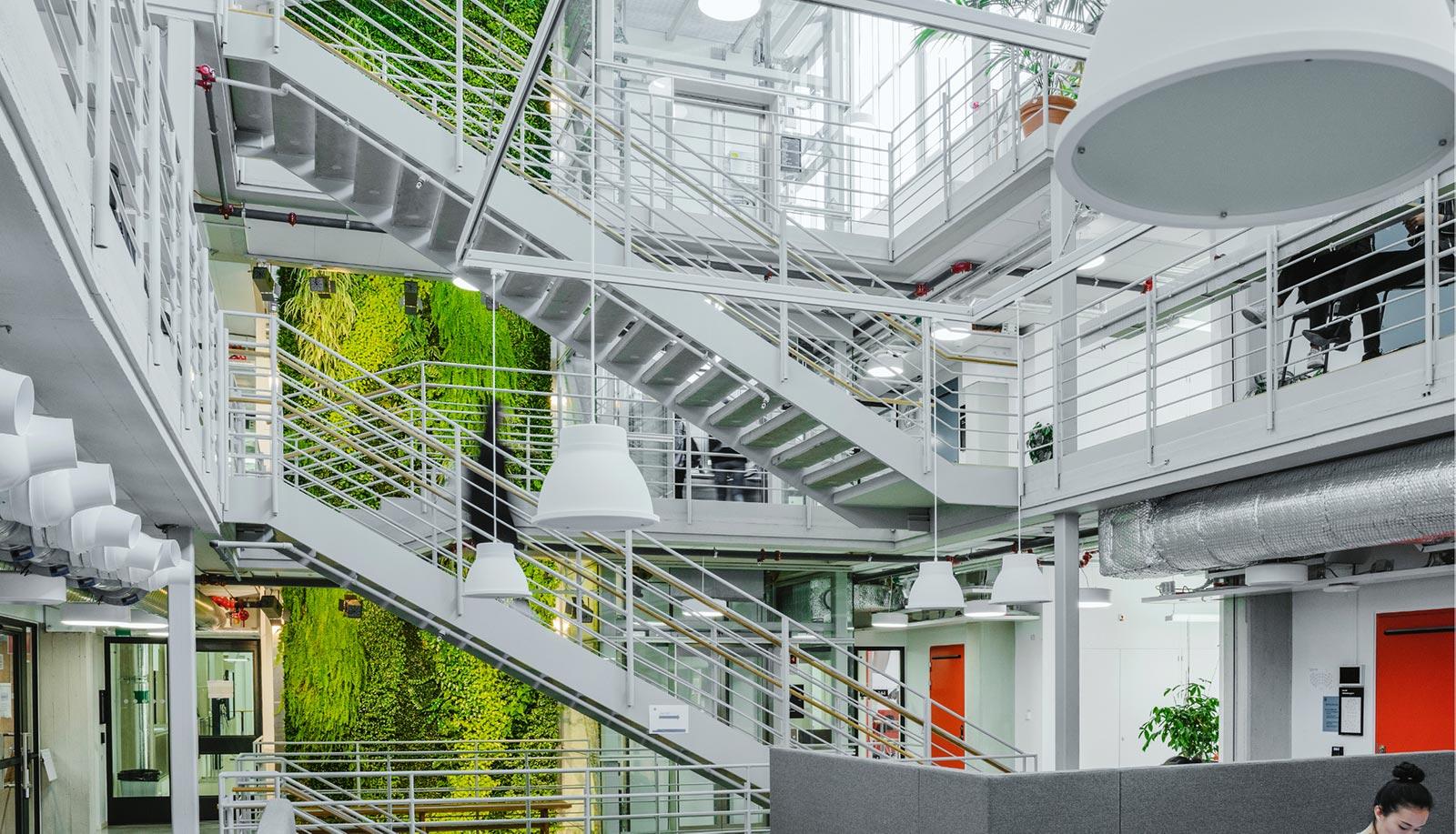 Stor active plant screen inne på KTH i Stockholm