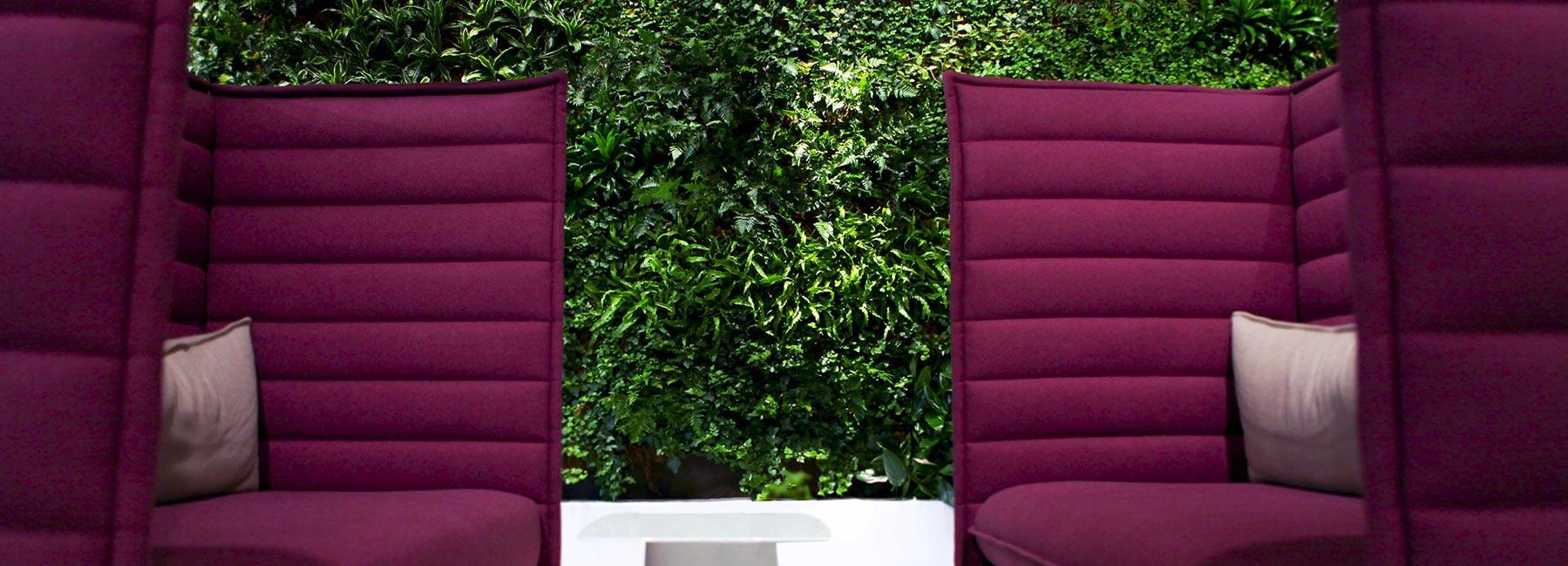 Cerise soffa framför grön växtvägg från Vertical Plants System