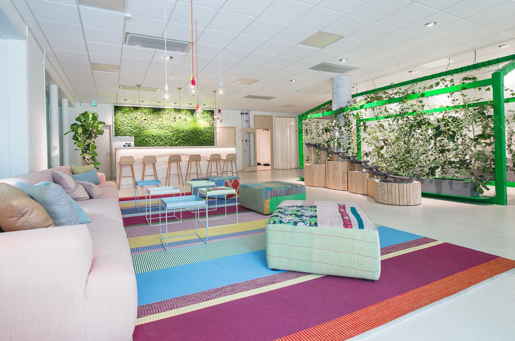 Växtinredning och en active plant screen på Holistics kontor i Norrköping